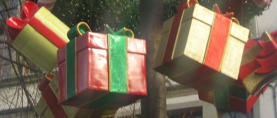echt jetzt falsches weihnachtsgeschenk mann zeigt mama an. Black Bedroom Furniture Sets. Home Design Ideas