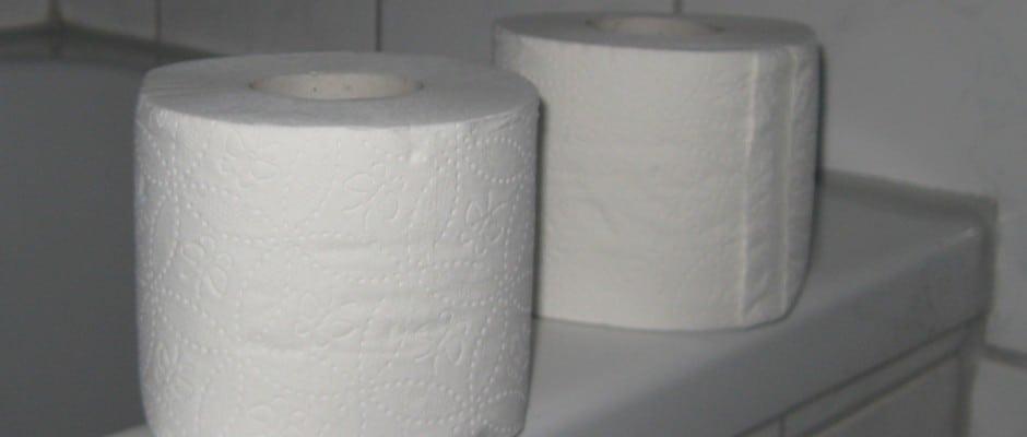 die toilette war verstopft und dann findet sie das im rohr. Black Bedroom Furniture Sets. Home Design Ideas