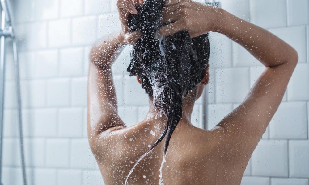 Ein Mädchen beim Duschen