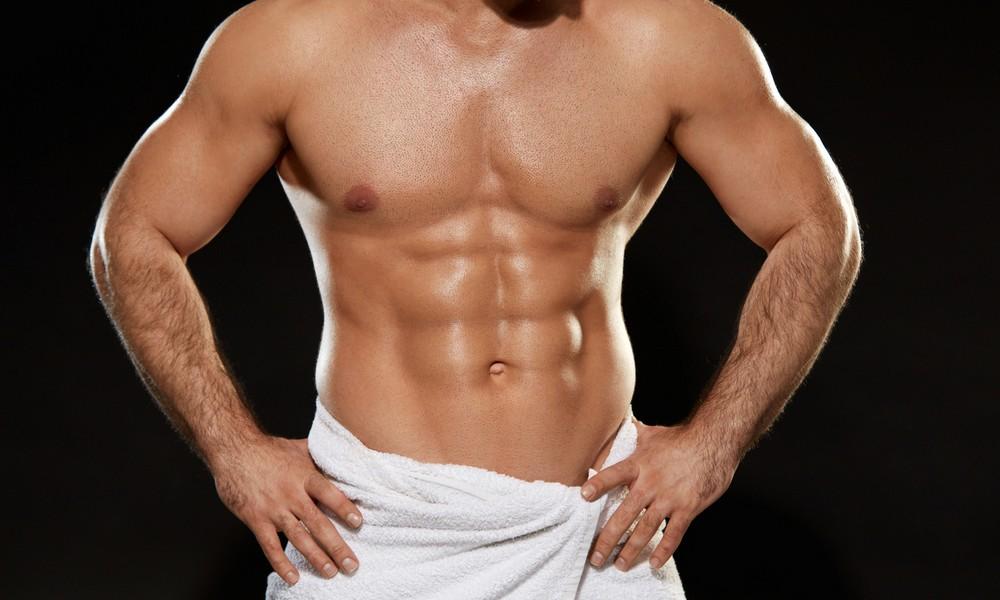 Ein Mann zeigt sich nackt
