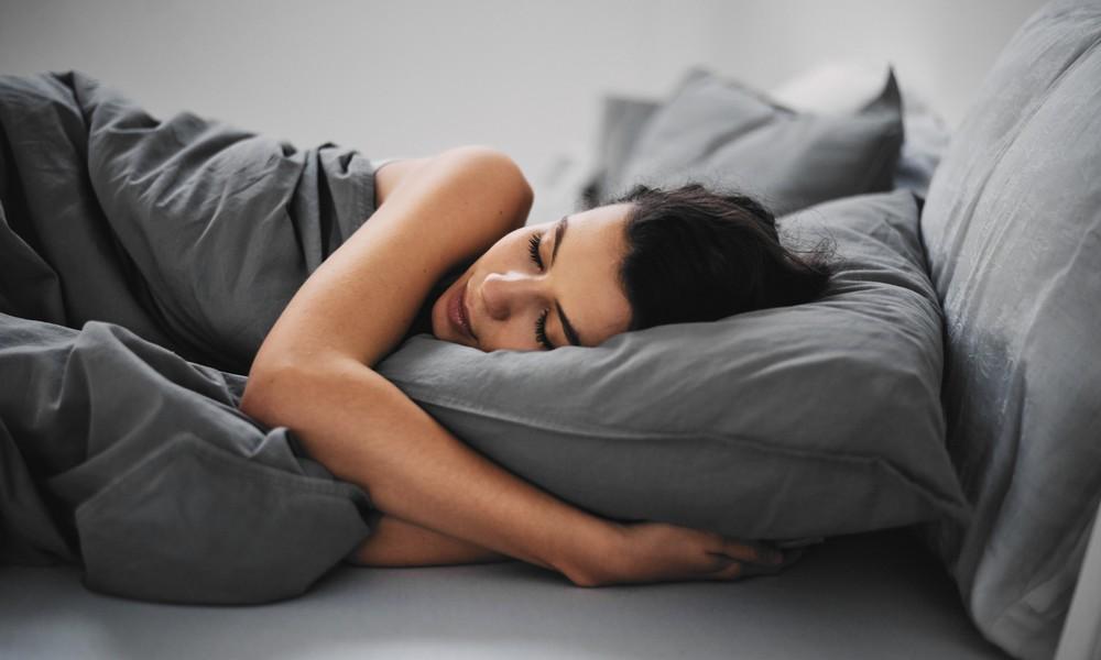 Ein Mädchen schläft