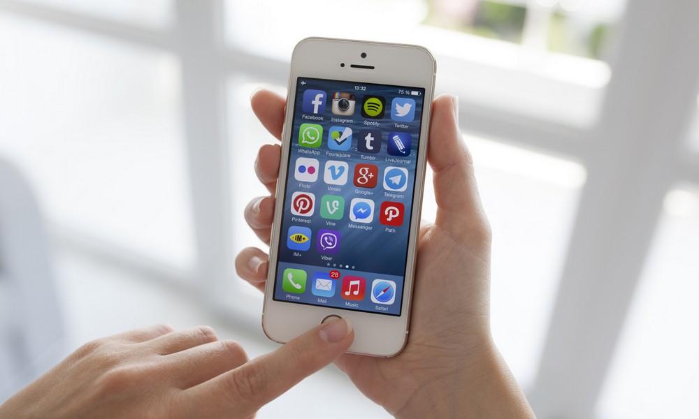 Ein Mädchen mit ihrem Smartphone