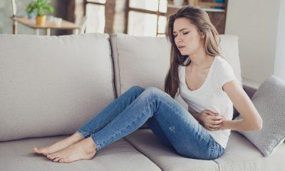 Ein Mädchen mit Bauchkrämpfen