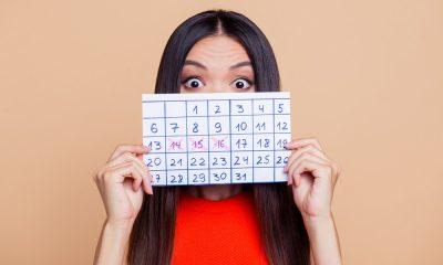 Eine Frau mit einem Kalender
