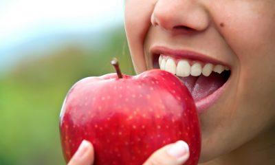 Eine Frau ißt einen Apfel