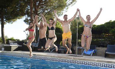 Eine Clique am Pool