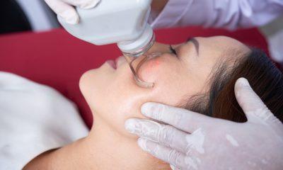 Eine Frau beim Hautarzt