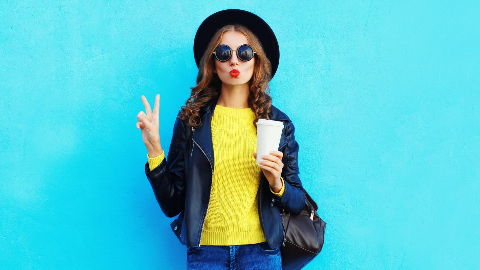 Ein Teenager trinkt Kaffee