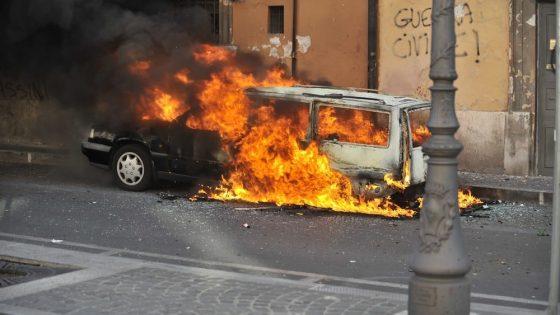 St 13 brennendes Auto BILD iStock