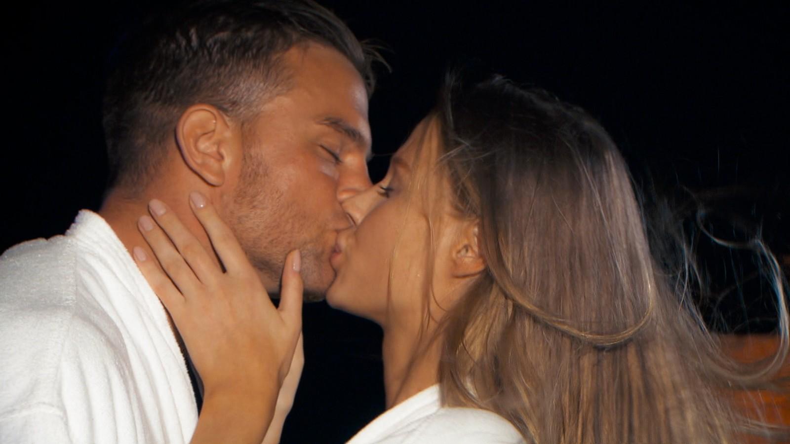 Sebastian und Leah küssen sich