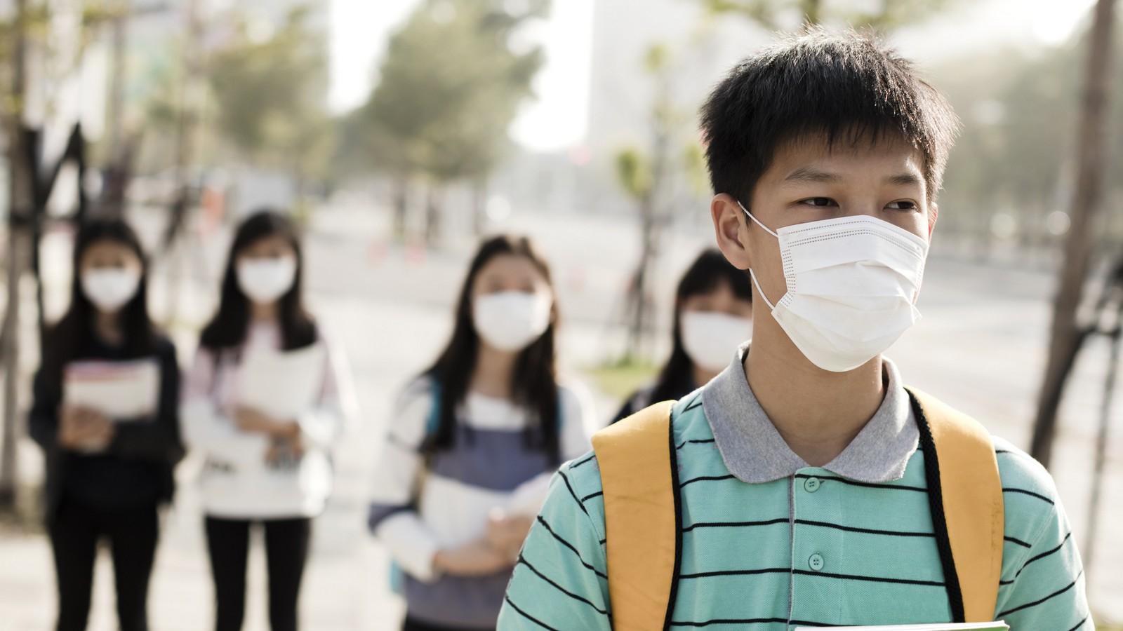 Ein Teenager mit Schutzmaske