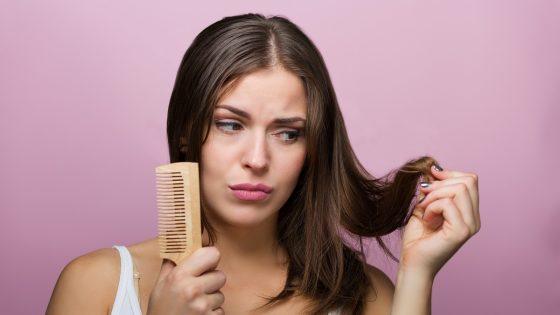 Teenager mit ihrer Haarbürste