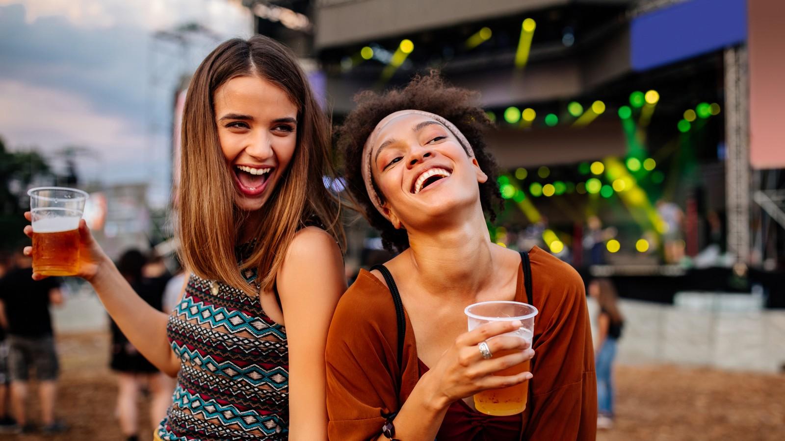 Zwei Mädels trinken Alkohol