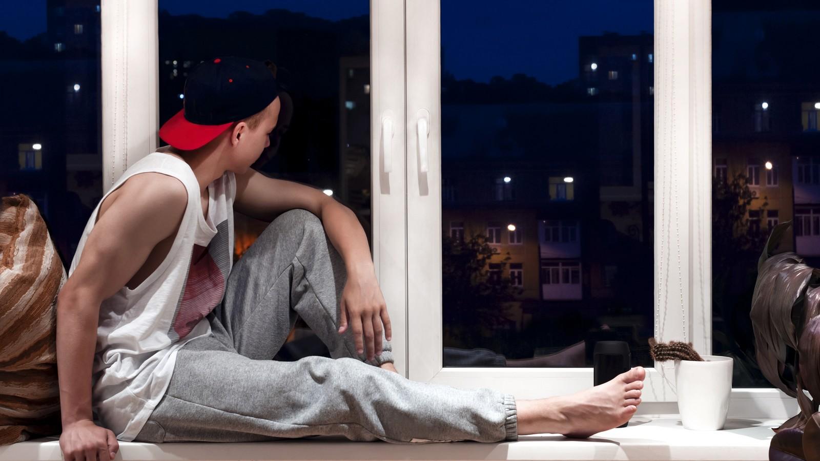 Teenager am Fenster