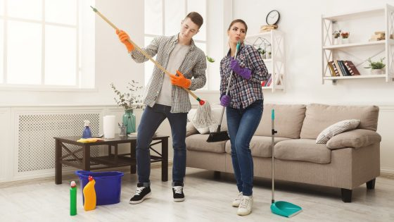 Paar räumt Wohnung auf