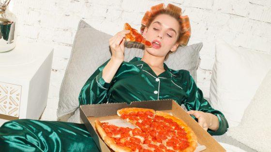 Teenager mit Pizza