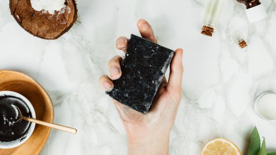Schwarze Seife als Wundermittel