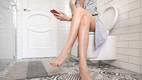 Handy auf der Toilette