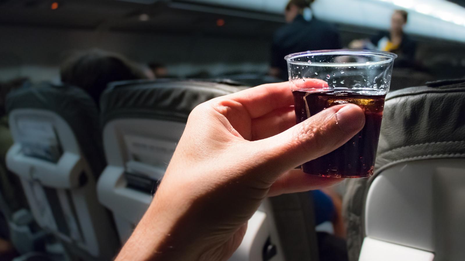 Darum keine Cola im Flugzeug