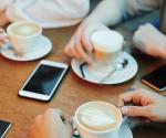 Darum solltest du dein Smartphone nie auf den Tisch legen