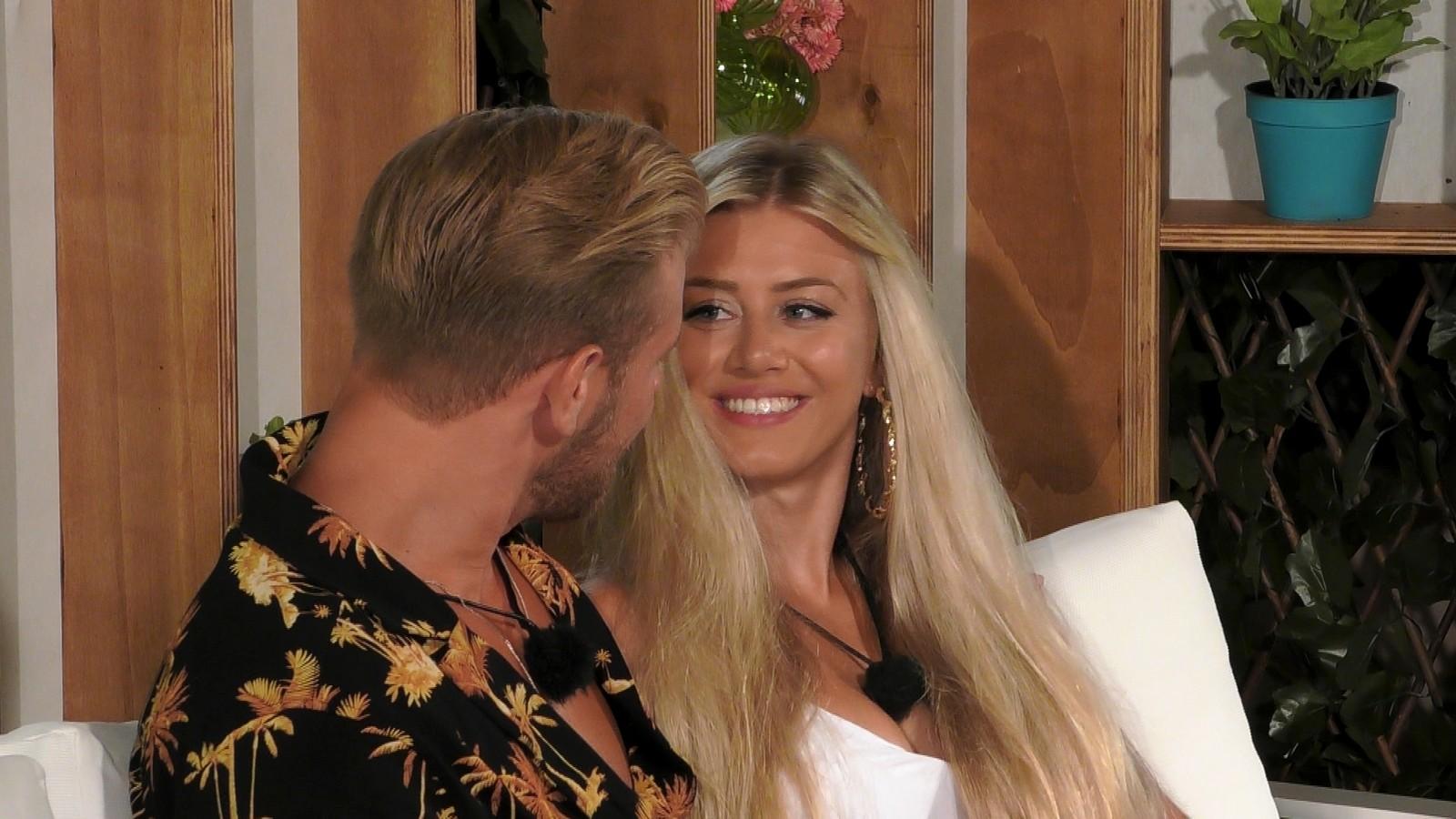 German Blonde macht es ihm mit Fuss und Hand