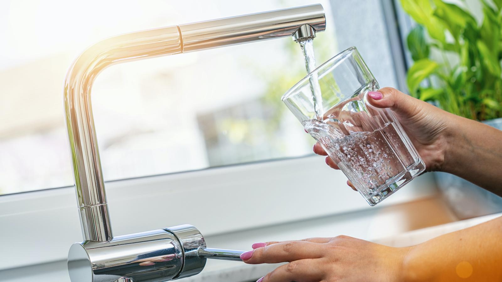 Deshalb sollte man früh kein Leitungswasser trinken