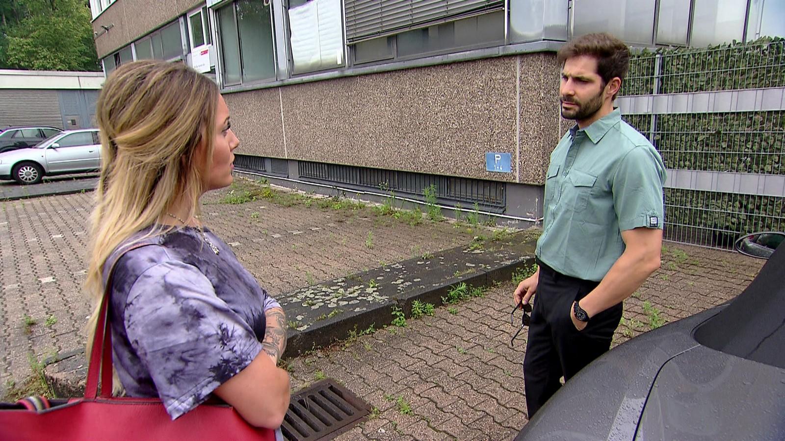 """Thea und Lehrer Chris in """"Krass Schule - Die jungen Lehrer"""""""