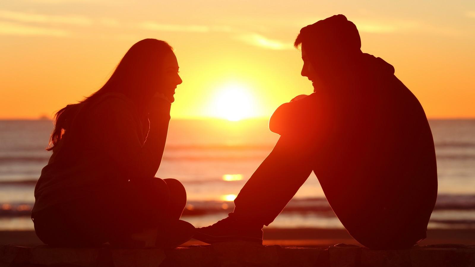 Paar beim Sonnenuntergang